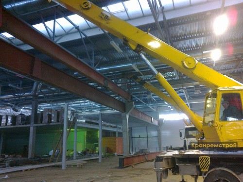 монтаж двутавровой балки на консоли бетонной опоры цеха